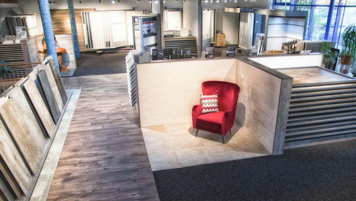 Reiter Fliesen Ausstellung mit rotem Stuhl